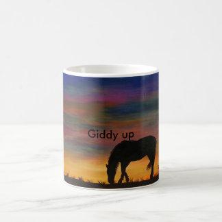 Cavalo na caneca de café do nascer do sol