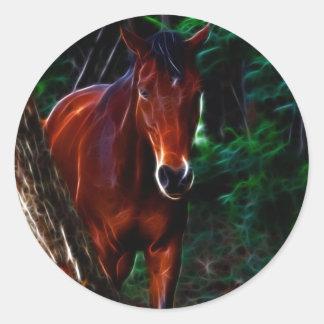 Cavalo na floresta adesivo redondo