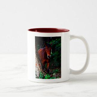 Cavalo na floresta canecas
