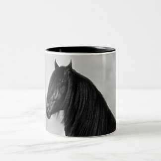 Cavalo orgulhoso do garanhão do preto do frisão caneca
