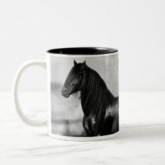 Cavalo orgulhoso do garanhão do preto do frisão caneca dois tons