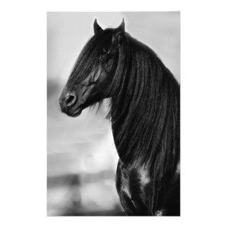 Cavalo orgulhoso do garanhão do preto do frisão papéis personalizados