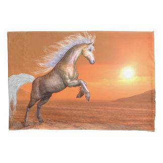 Cavalo que eleva pelo por do sol - 3D rendem