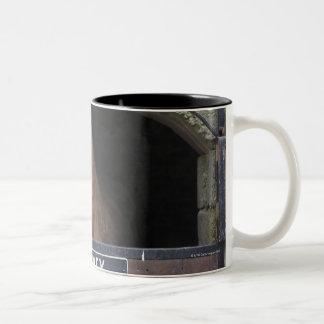 Cavalo que está de vista fora de seu estábulo caneca de café em dois tons
