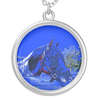 cavalo sobre desenhos animados do azul da opinião  colar com pendente redondo