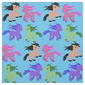 Cavalos bonitos em algum fundo da cor tecido