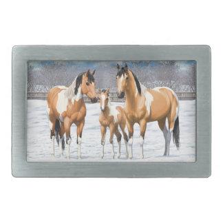 Cavalos da pintura do Buckskin na neve