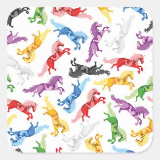 Cavalos de salto coloridos do teste padrão adesivo quadrado