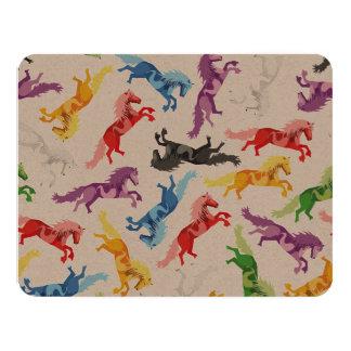 Cavalos de salto coloridos do teste padrão convite 10.79 x 13.97cm