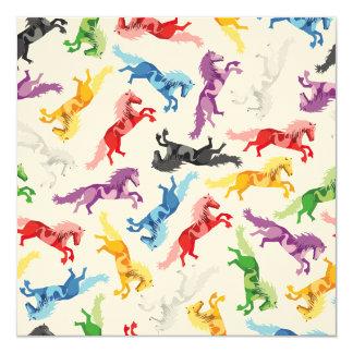 Cavalos de salto coloridos do teste padrão convite quadrado 13.35 x 13.35cm