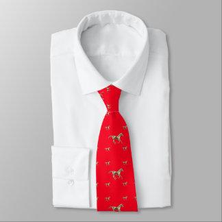 Cavalos do ouro na gravata vermelha dos homens