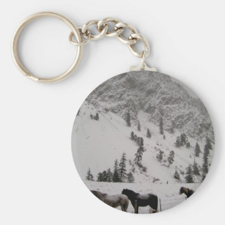 Cavalos na neve nas montanhas chaveiro