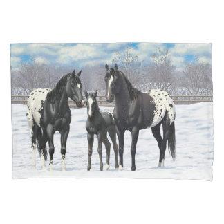 Cavalos pretos do Appaloosa na neve