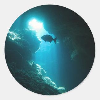 Caverna e peixes azuis claros adesivo