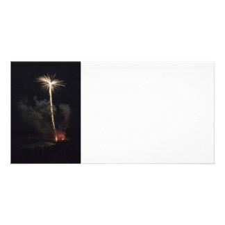 Celebração dos fogos-de-artifício na noite cartão com fotos personalizado