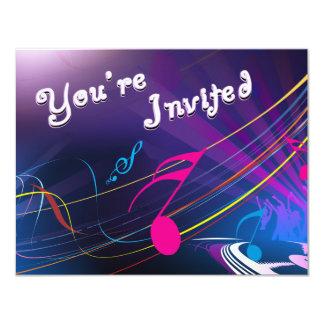 Celebração roxa do aniversário das notas musicais convite 10.79 x 13.97cm