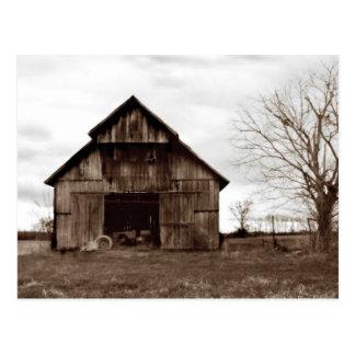 Celeiro velho da fazenda do tabaco cartão postal