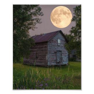 Celeiro velho sob um impressão da foto da Lua