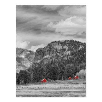 Celeiros ocidentais do vermelho da paisagem de cartão postal