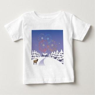 Cena da neve com fogos-de-artifício e cervos tshirt