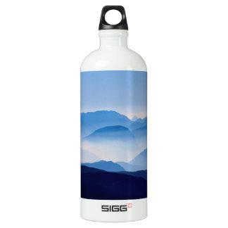 Cena de relaxamento meditativo da paisagem das garrafa d'água de alumínio