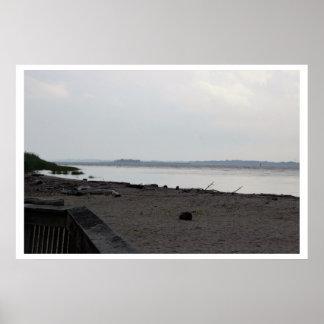 Cena do passeio à beira mar e da praia pôster