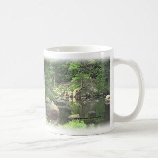 Cena rochosa do lago do cup~~ do café caneca de café