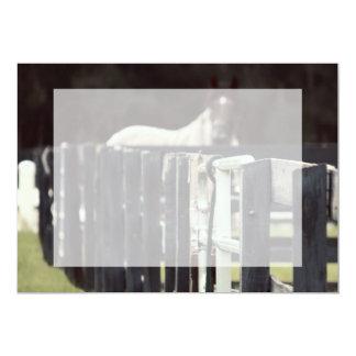 cerca da fazenda com o cavalo atrás do sepia convite 12.7 x 17.78cm