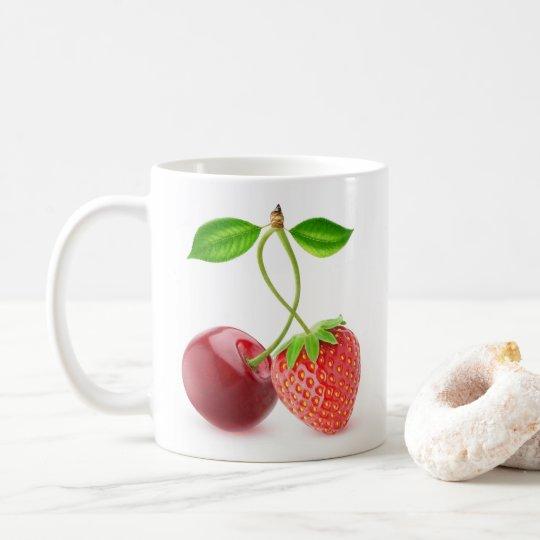 Cereja e morango junto caneca de café