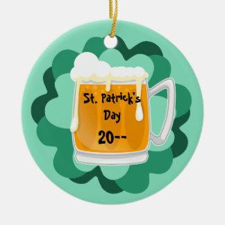 Cerveja bonito do Dia de São Patrício comemorativa Ornamento De Cerâmica Redondo