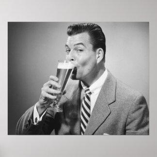 Cerveja do bebendo do homem de negócios posteres