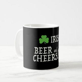 Cerveja e caneca irlandesas dos elogios