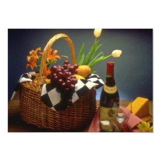 Cesta amarela do piquenique com vinho, queijo, pão convites personalizado
