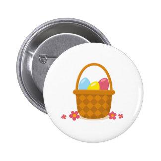 Cesta com ovos da páscoa e botão das flores botons