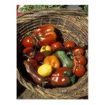 Cesta das frutas e legumes no lugar cartão postal