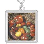 Cesta das frutas e legumes no lugar colar com pendente quadrado