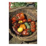 Cesta das frutas e legumes no lugar impressão de foto