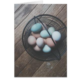 Cesta do cartão de páscoa dos ovos