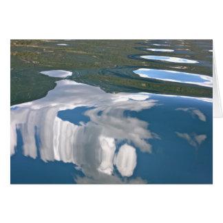 Céu azul com o cartão vazio das reflexões do lago