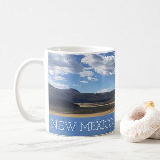 Céu azul de New mexico e caneca bonitos das