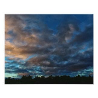Céu azul escuro e do ouro do nascer do sol impressão de foto