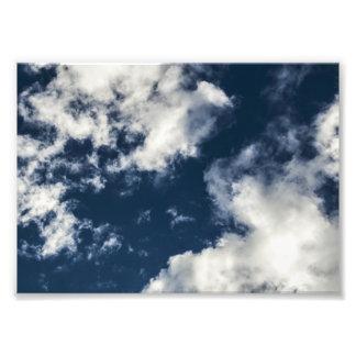 Céu azul escuro e nuvens bonitas impressão de foto