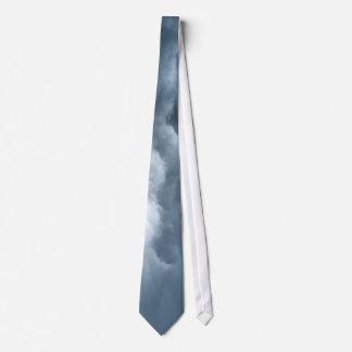 Céu dramático gravata