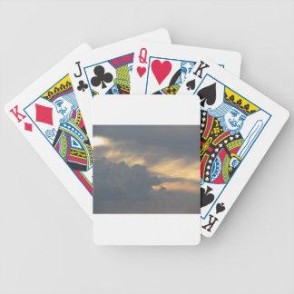 Céu morno com as nuvens de cúmulo-nimbo dos baralho para pôquer
