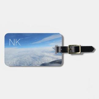 céu nebuloso azul com monograma etiqueta de bagagem