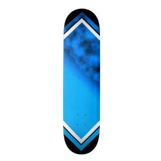 Céu nocturno azul de néon com a plataforma customi skates