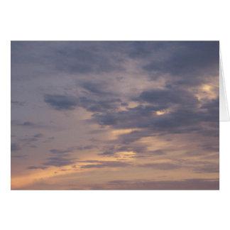 Céu pintado com o cartão do poema da mudança