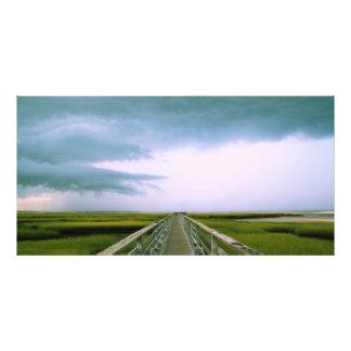 Céu tormentoso sobre o passeio à beira mar no artes de fotos