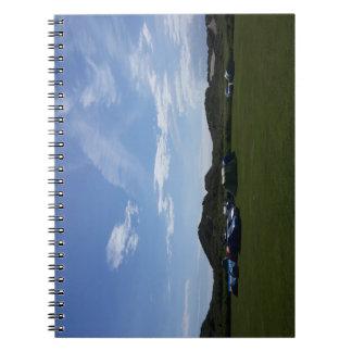 Céus azuis sobre o caderno do acampamento de