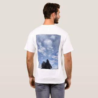 Céus sobre as árvores e as nuvens da camisa 2 de